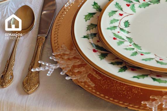 Vajilla con detalles de acebo para decorar la mesa en Navidad