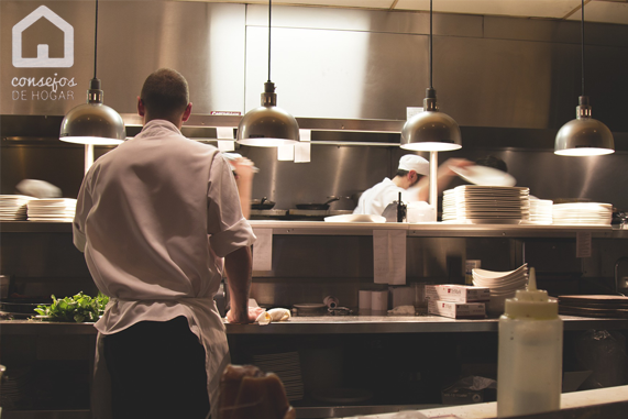 Restaurante, chef y cocineros trabajando. limpiar campana extractora restaurante.