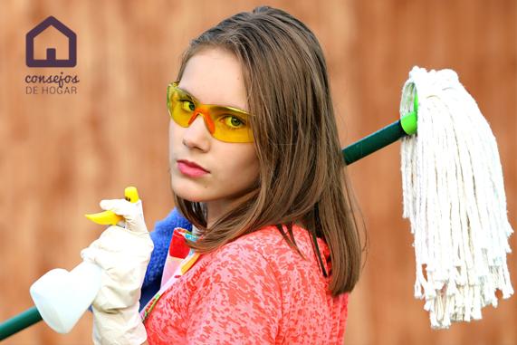 Mujer preparada para llevar a cabo una limpieza intensiva con fregona, bayeta, lentes de seguridad y pulverizador