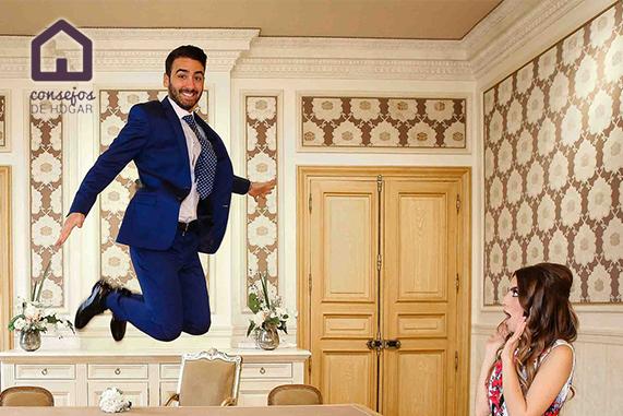 Hombre saltando en salón barroco con mujer asombrada para ejemplificar aromas energizantes ambientadores