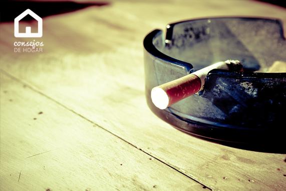 Cómo evitar malos humos en el hogar. Imagen cenicero. Humo de tabaco.