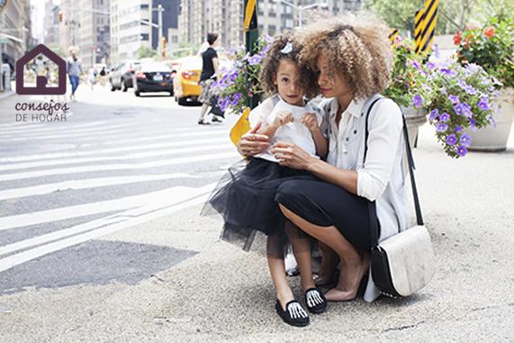 Cómo evitar piojos en el colegio. Madre con hija de camino al cole.
